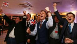 Βρετανοί υποστηρικτές του BrExit πανηγυρίζουν.