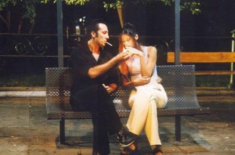 Ρένος Χαραλαμπίδης και Άννα Μαρία Παπαχαραλάμπους σε μία άδεια Αθήνα στα «Φτηνά Τσιγάρα».