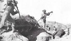 Άνδρες του Εθνικού Στρατού συλλαμβάνουν κομμουνιστές που μόλις παραδόθηκαν άνευ όρων.