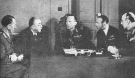 Πολεμικό Συμβούλιο κατά το Έπος του 1940. Διακρίνονται ο πρωθυπουργός Ιωάννης Μεταξάς, ο βασιλεύς Γεώργιος και ο αρχιστράτηγος Αλέξανδρος Παπάγος.