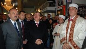 Ο πρωθυπουργός της Τουρκίας Αχμέτ Νταβούτογλου σε τζαμί της Κομοτηνής.