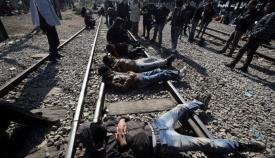 Λαθρομετανάστες αποκλείουν την σιδηροδρομική γραμμή στην Ειδομένη.