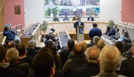 28.02.2016: Ο Γιάννης Γιαννάκενας των εκδόσεων «Πελασγός» χαιρέτησε την εκδήλωση στην κατάμεστη αίθουσα του Δημαρχείου Καλλιθέας.