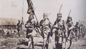 Σημαία των Ευζώνων σε παρέλαση.