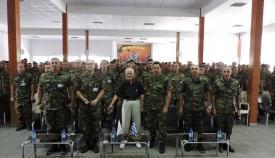 Ο Παναγιώτης Σταυρουλόπουλος, στο κέντρο, με ΕΛΔΥΚάριους, σε αναμνηστική φωτογραφία έπειτα από ομιλία του για την επική μάχη του '74.