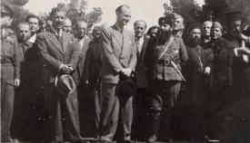 Άρης Βελουχιώτης και Παναγιώτης Βελουχιώτης στην Καλαμάτα. Ο πρώτος παραπλανούσε τον δεύτερο για τις σφαγές που είχαν συμβεί προ της αφίξεώς του.