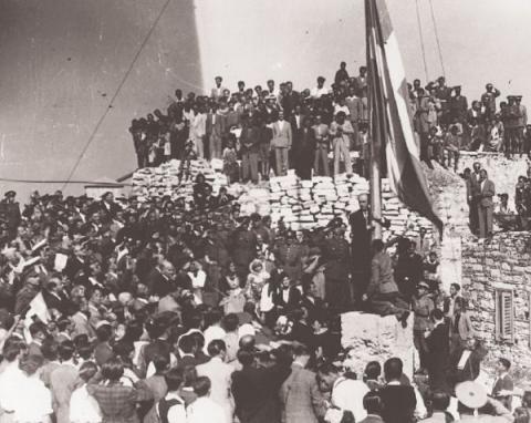 Ο Γεώργιος Παπανδρέου υψώνει την ελληνική σημαία στην Ακρόπολη στις 18 Οκτωβρίου 1944.
