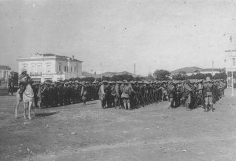 Κατάληψη της Λάρισας το 1917: Γάλλοι στην κεντρική πλατεία.