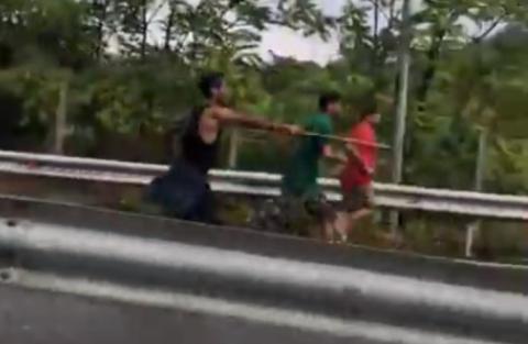 Λαθρομετανάστες επιτίθενται σε οδηγούς στην Εθνική Οδό Αθηνών-Λαμίας