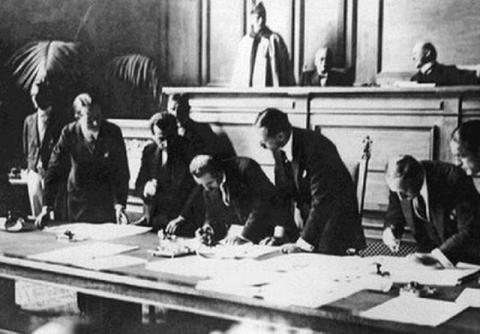 Ο Ισμέτ Ινονού υπογράφει την Συνθήκη της Λωζάννης το 1923.