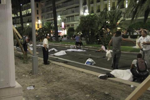 Πτώματα μετά την ισλαμική επίθεση στην παραλιακή λεωφόρο της Νίκαιας.