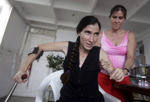 Η θαρραλέα Σάντσες με πατερίτσες, μετά τον ξυλοδαρμό της από τις μυστικές υπηρεσίες.